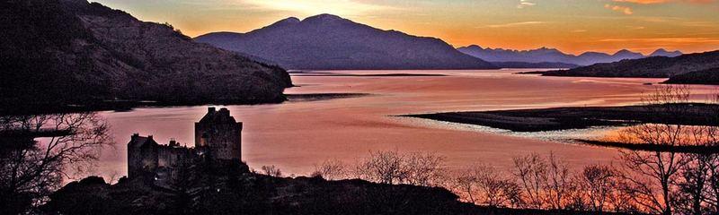 Sonnenuntergang in Dornie mit Blick auf Eilean Donan Castle und die Insel Skye