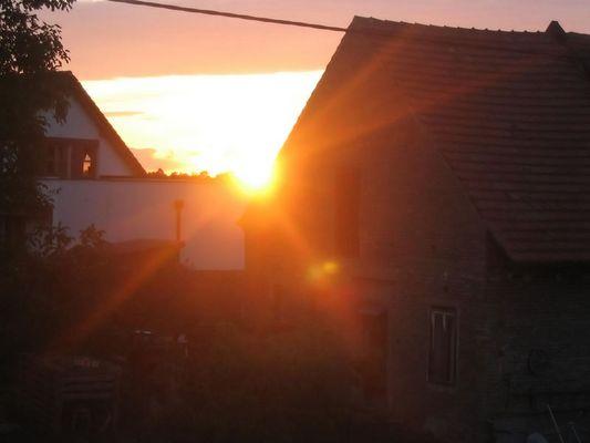 Sonnenuntergang in einem Dörfchen in Tschechien..