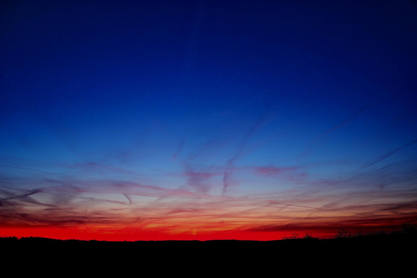 Sonnenuntergang in rot und blau.
