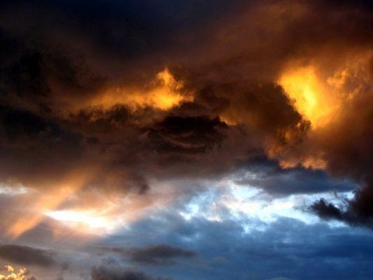 Sonnenuntergang kurz vor einem Gewitter