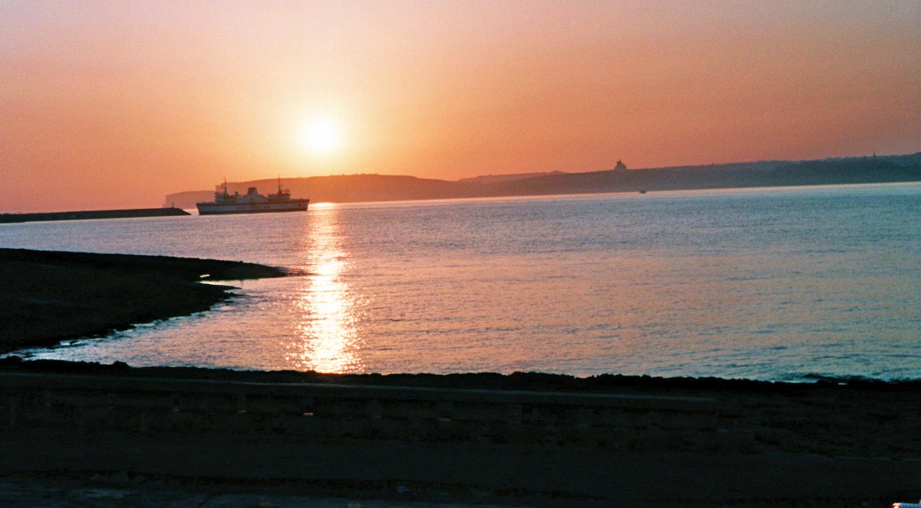 Sonnenuntergang mit Blick auf Gozo und die Fähre