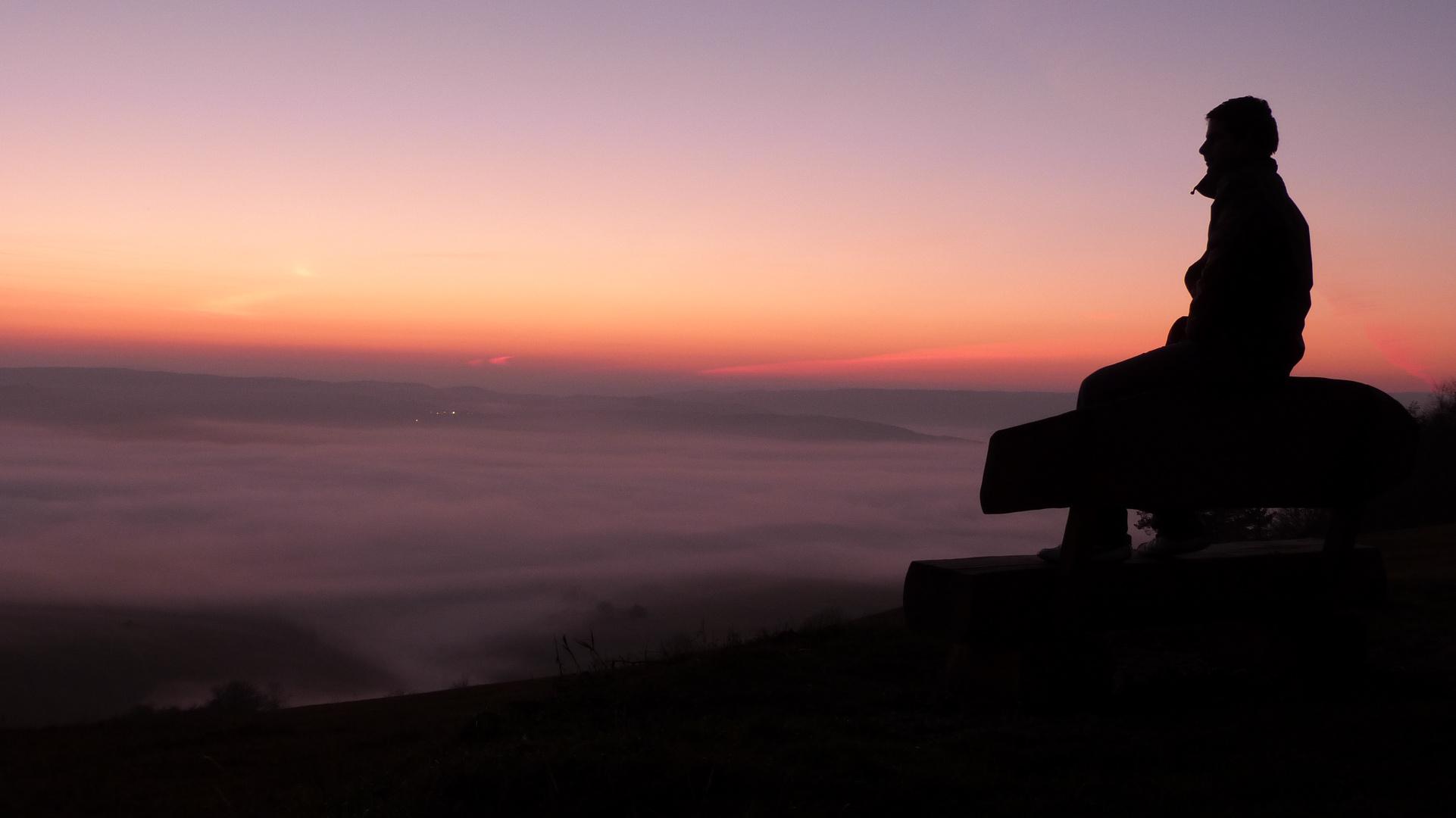 Sonnenuntergang mit dem Nebel im Tal