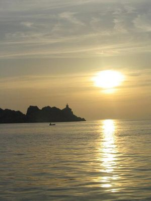 Sonnenuntergang mit Fischerboot im Bild