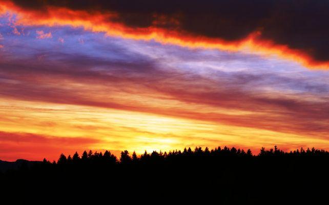Sonnenuntergang mit Freunden im bayrischen Wald