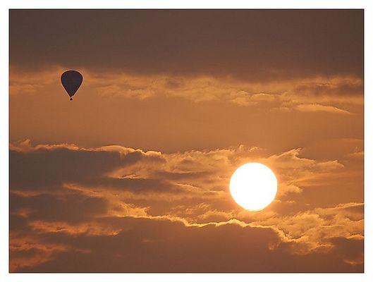 Sonnenuntergang mit Heisluftbalon