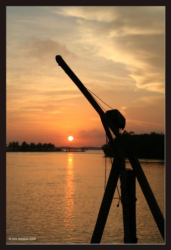 Sonnenuntergang mit Kran in Everglades City