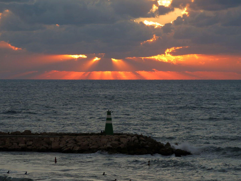 Sonnenuntergang mit Leuchtturm