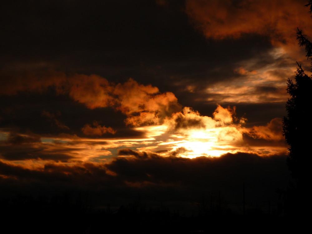 Sonnenuntergang mit Regenwolken