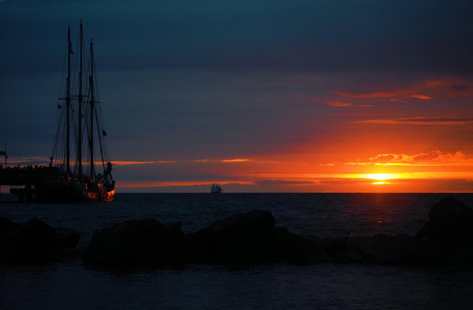 Sonnenuntergang mit Segelschiff