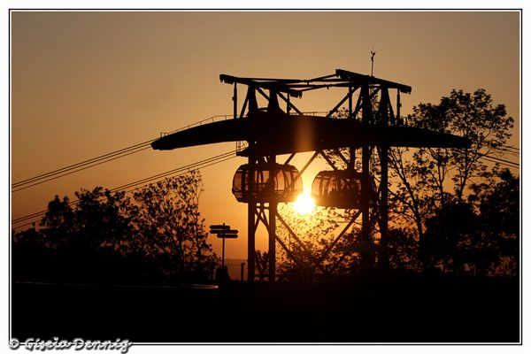 Sonnenuntergang mit Seilbahngondeln