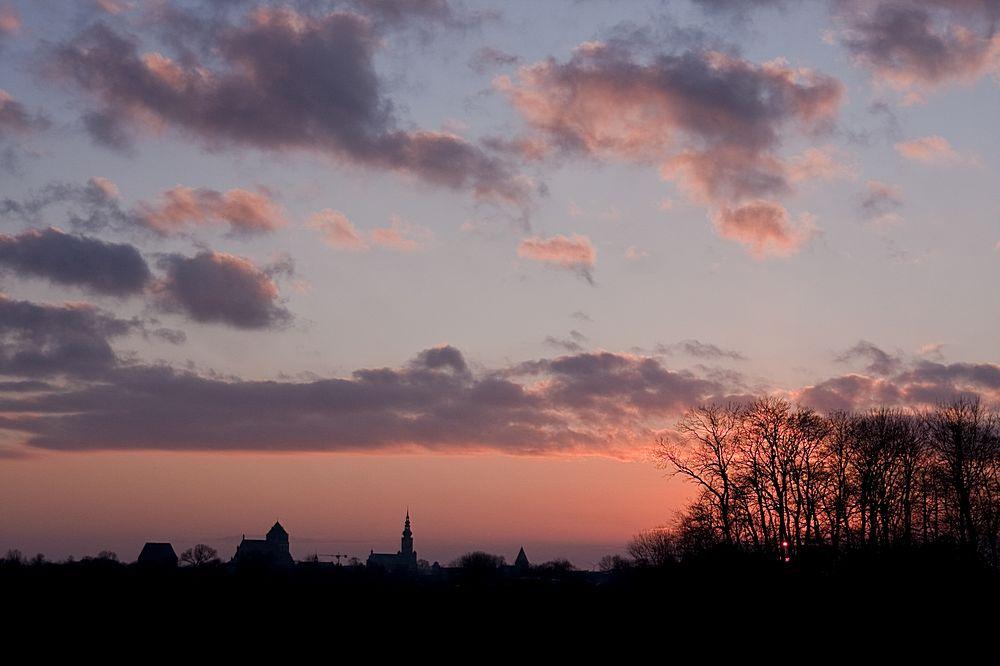 Sonnenuntergang mit Stadt