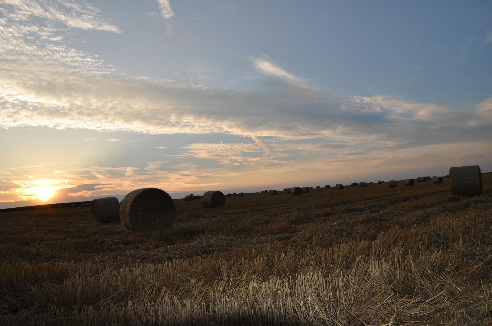Sonnenuntergang mit Strohballen