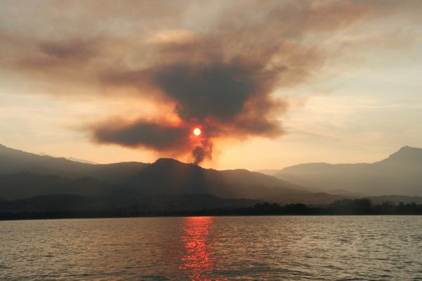Sonnenuntergang mit Waldbrand auf Korsika