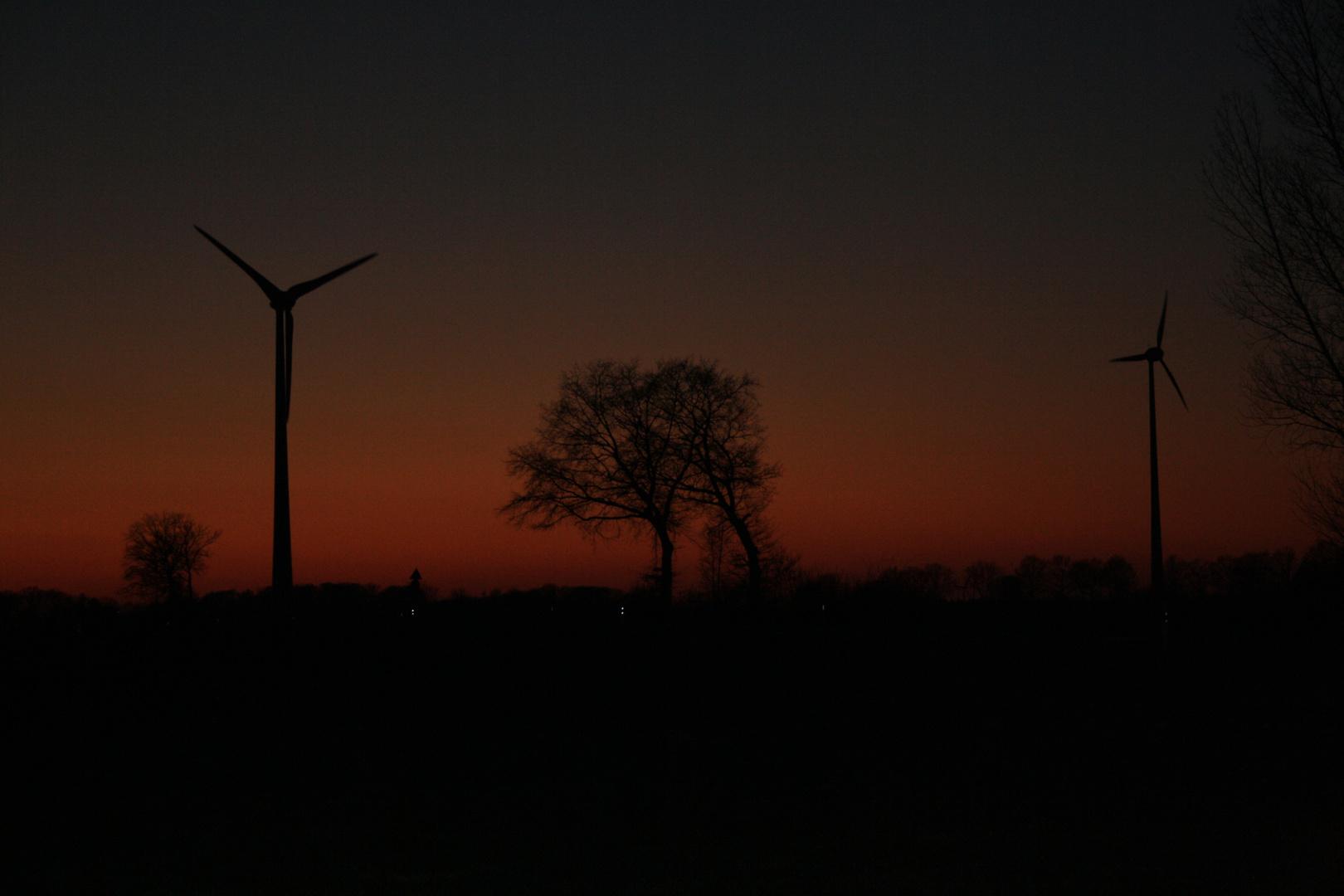 Sonnenuntergang mit Windkraft...