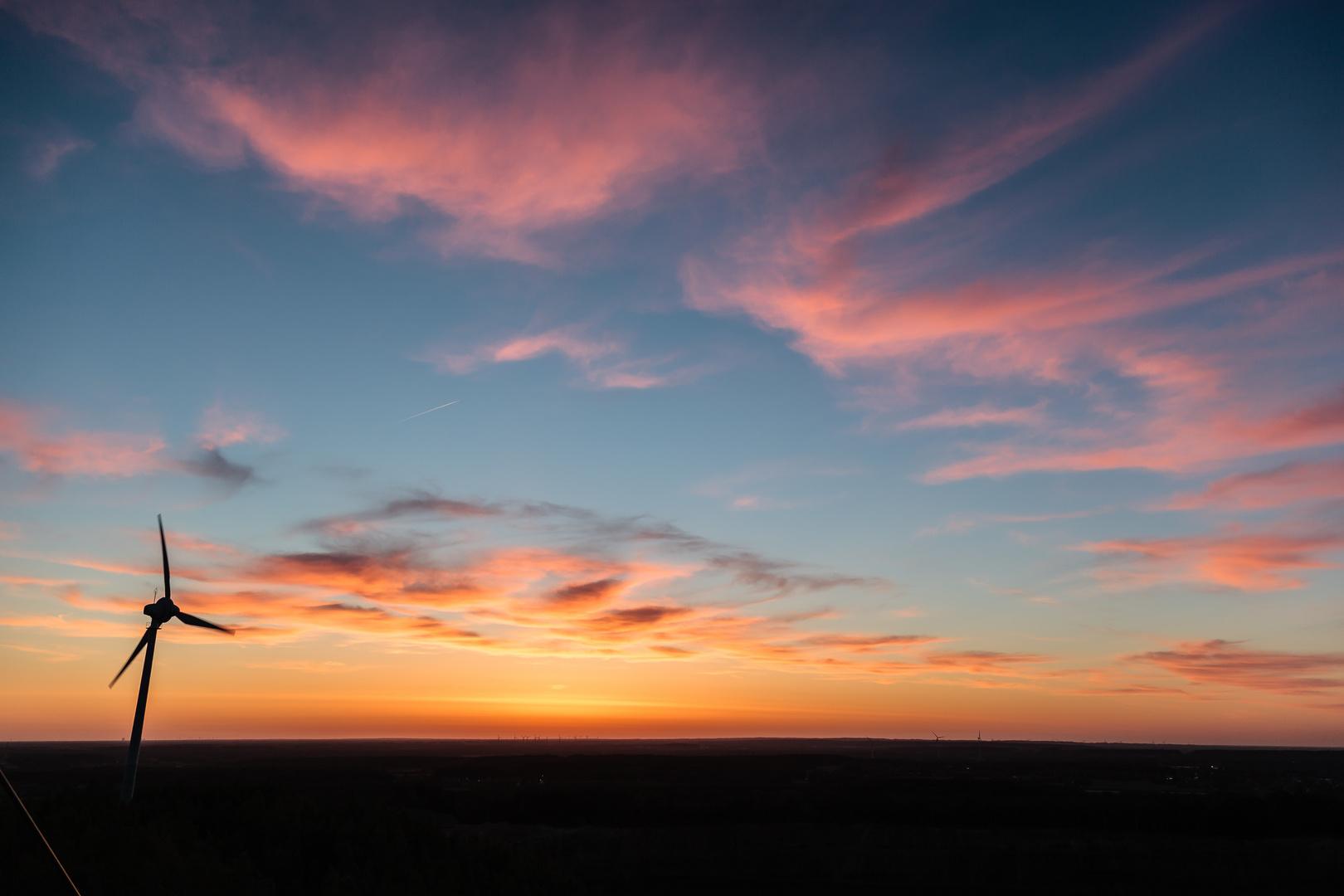 Sonnenuntergang mit Windrad am Piesberg