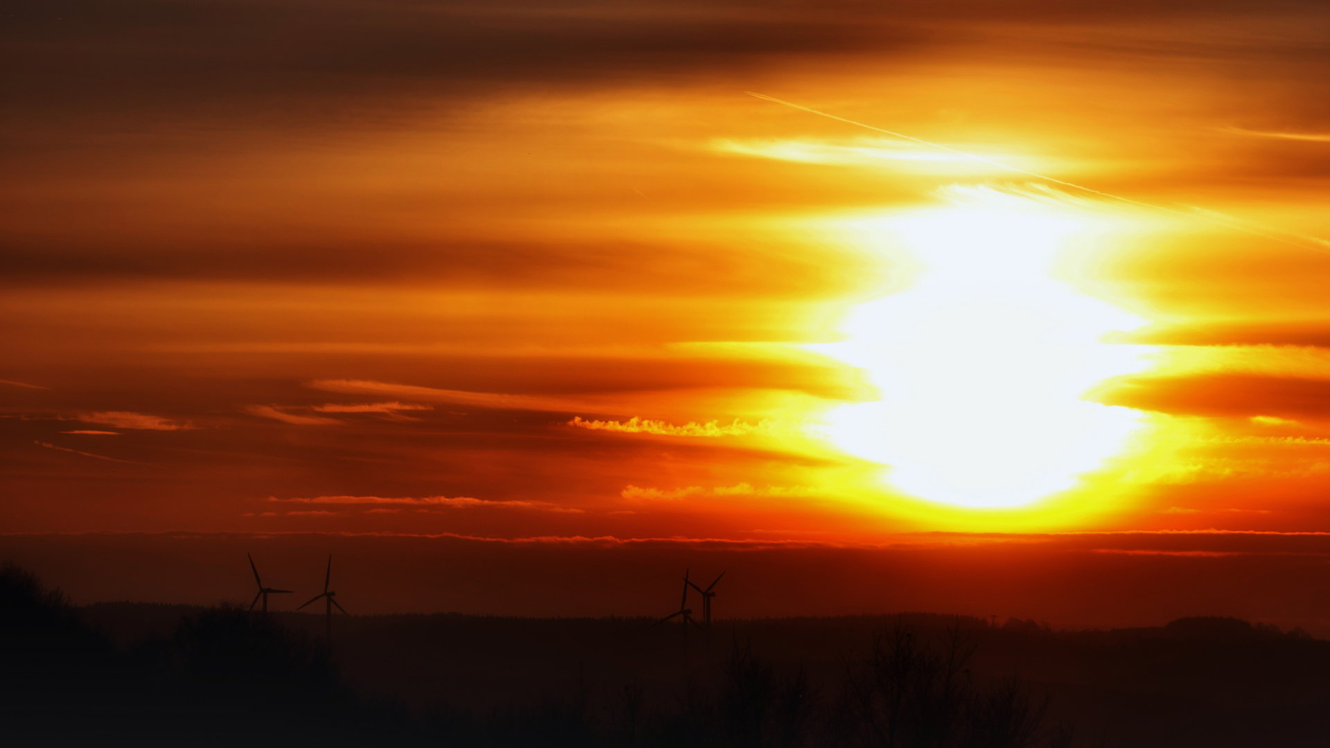 Sonnenuntergang mit Windrädern