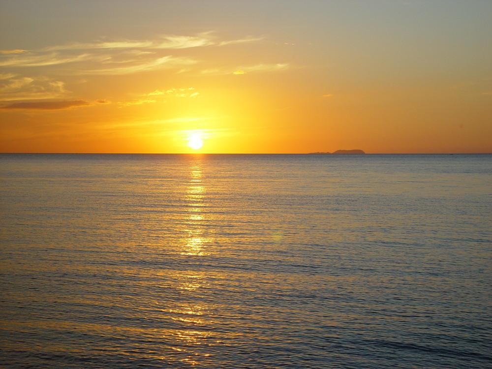 Sonnenuntergang neben Apo-Island