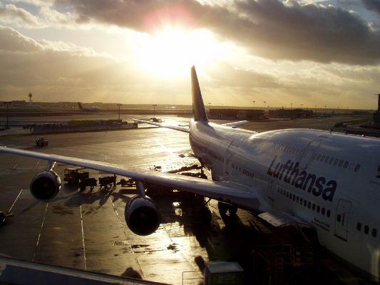 Sonnenuntergang über dem Flughafen