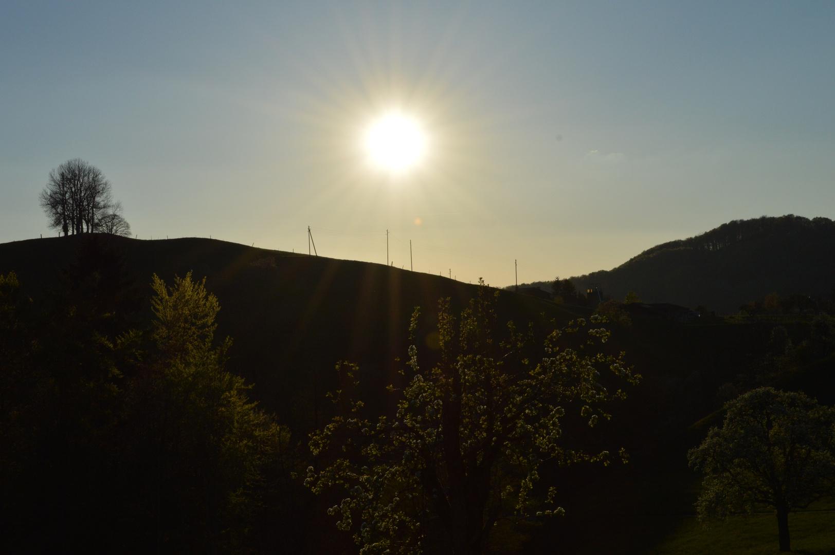 Sonnenuntergang über dem Horizont
