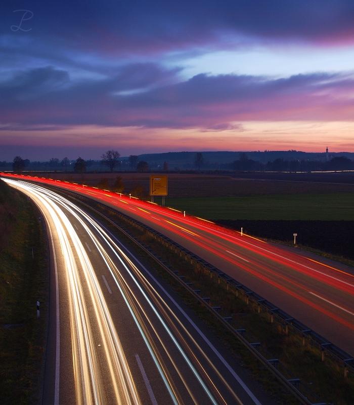 Sonnenuntergang über der B2 nördlich von Augsburg