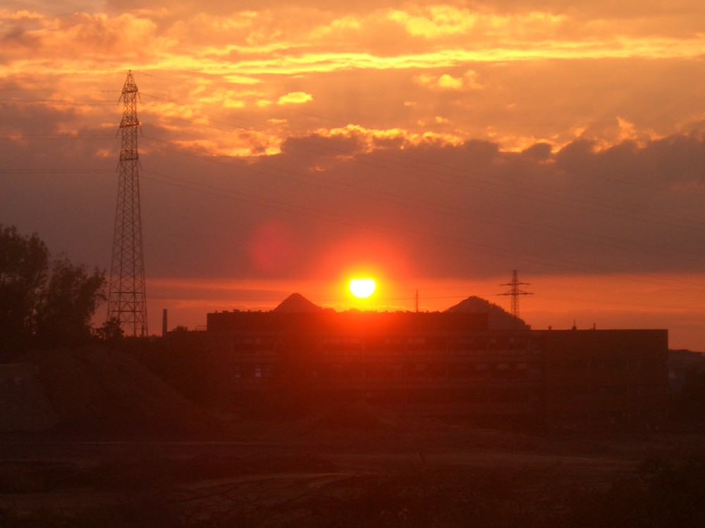 Sonnenuntergang über Fabrikgelände