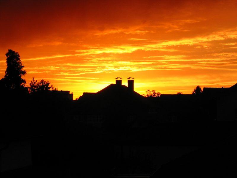 Sonnenuntergang über Häuserdächern