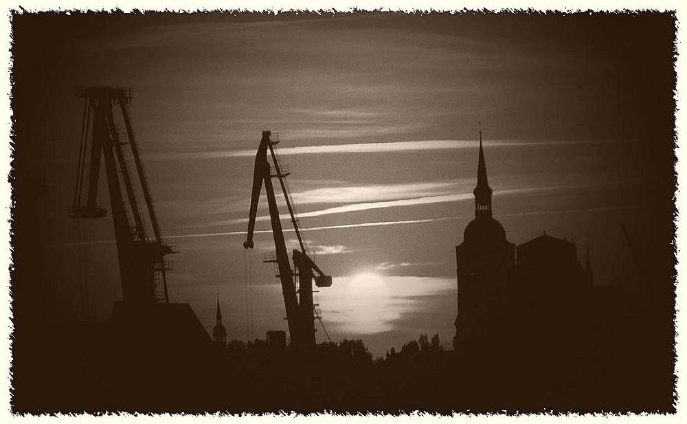Sonnenuntergang über Stralsund in s/w