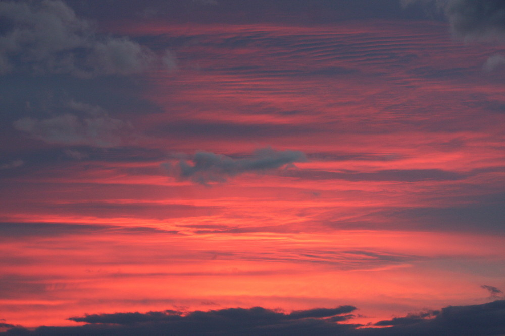 Sonnenuntergang und Wolken über München