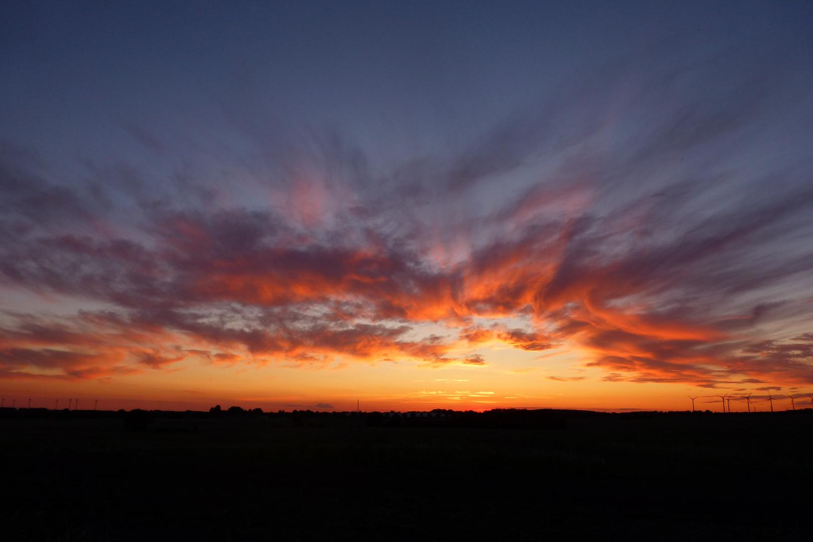 Sonnenuntergang und Wolkenn erzeugten dieses Szenario am Himmel