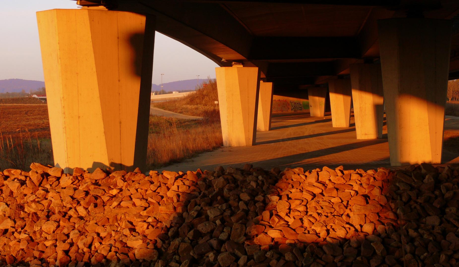 Sonnenuntergang unter der Autobahnbrücke in Gohfeld