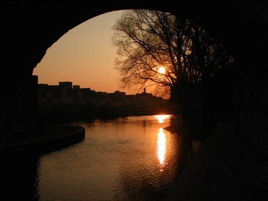 Sonnenuntergang unter der Steinernen Brücke in Regensburg
