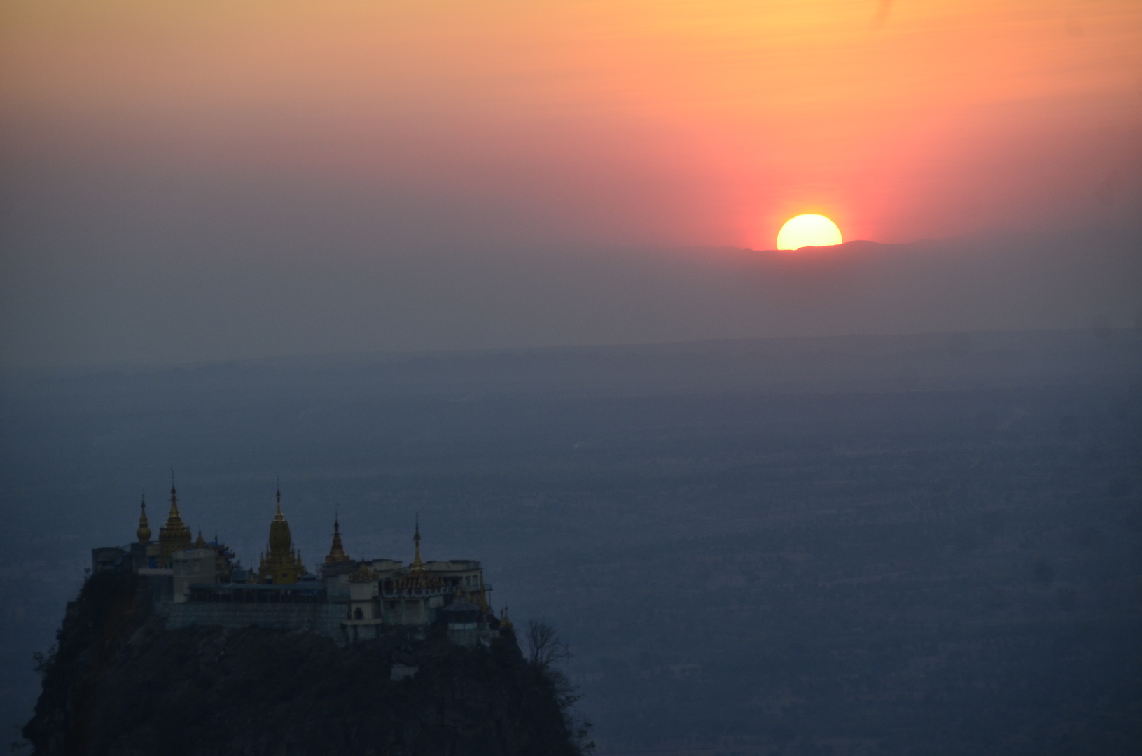Sonnenuntergang vom Mount Popa aus gesehen