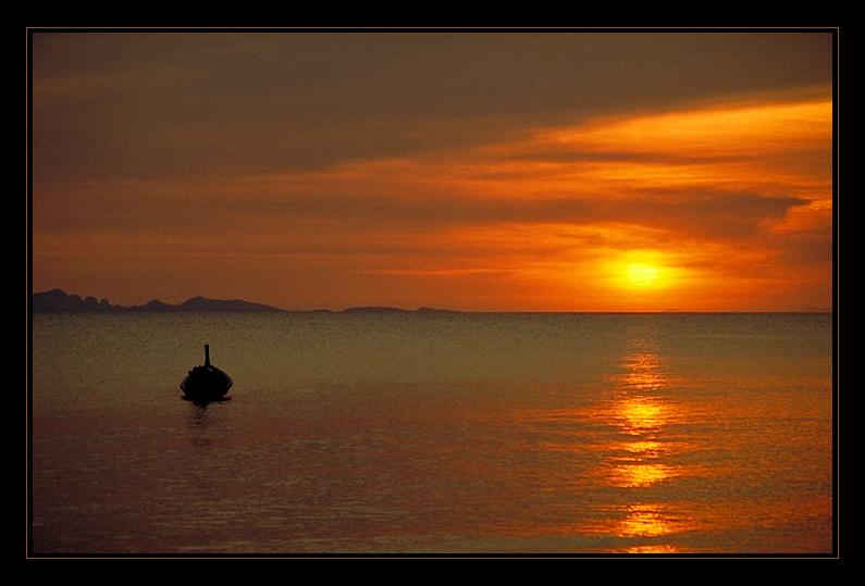 Sonnenuntergang vor Jum Island, Thailand