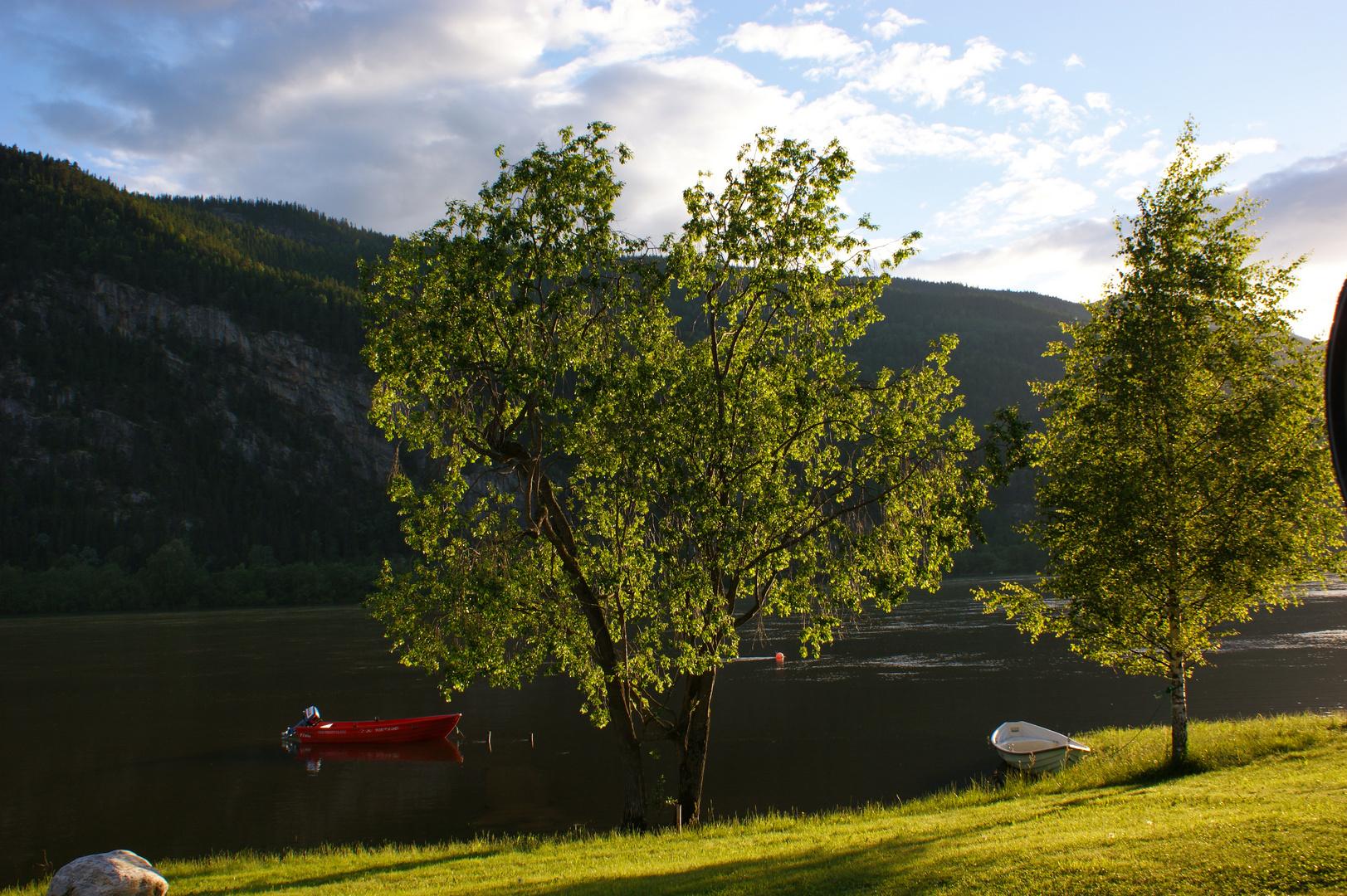 Sonnenuntergang zwischen Bergen