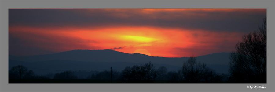 Sonnenuntergang zwischen den Bergen