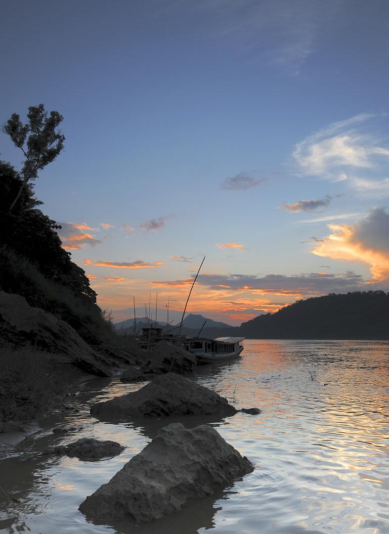 Sonnenuntergangsstimmung am mekongufer