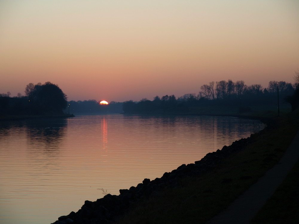 Sonnenuntergangsstimmung auf dem Nord-Ostsee-Kanal