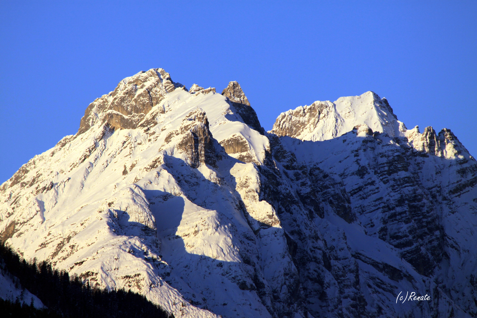 Sonnige Berge am frühen Morgen