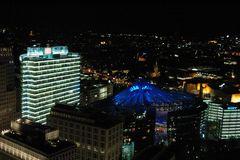 Sony-Center bei Nacht