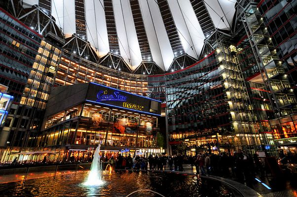 Sony Center bei Nacht