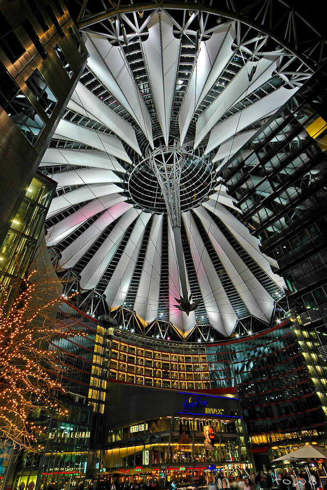 Sony Center bei Nacht