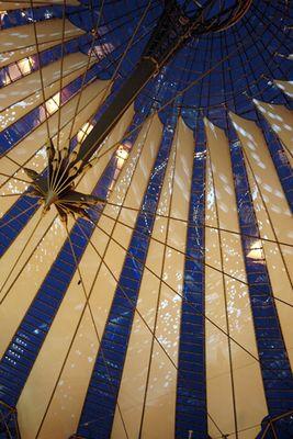 SonyCenter Dome mit Weihnachtsreflektionen