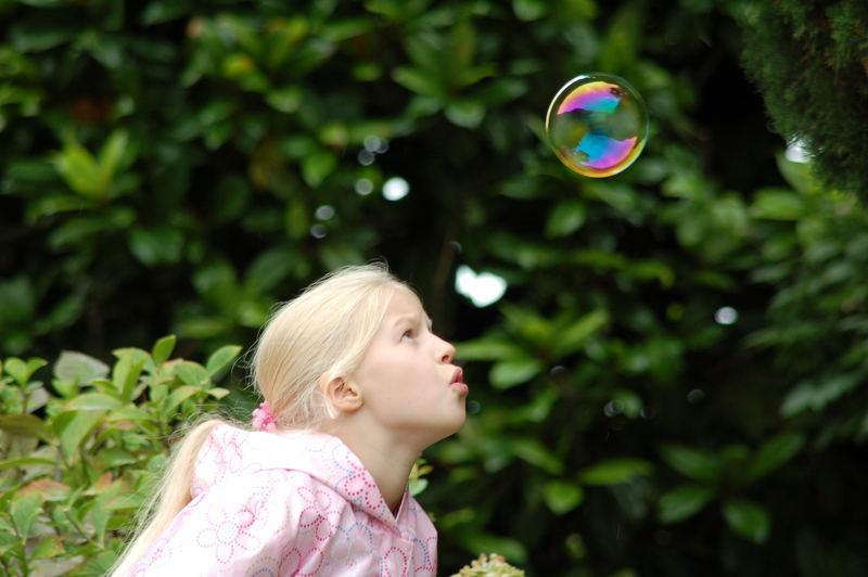 Sophia beim Spielen mit einer Seifenblase