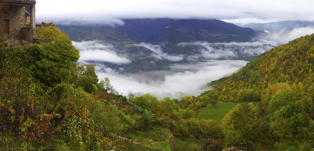 Sort entre nieblas desde Pujalt (Pallars Sobirá Lleida Catalunya)
