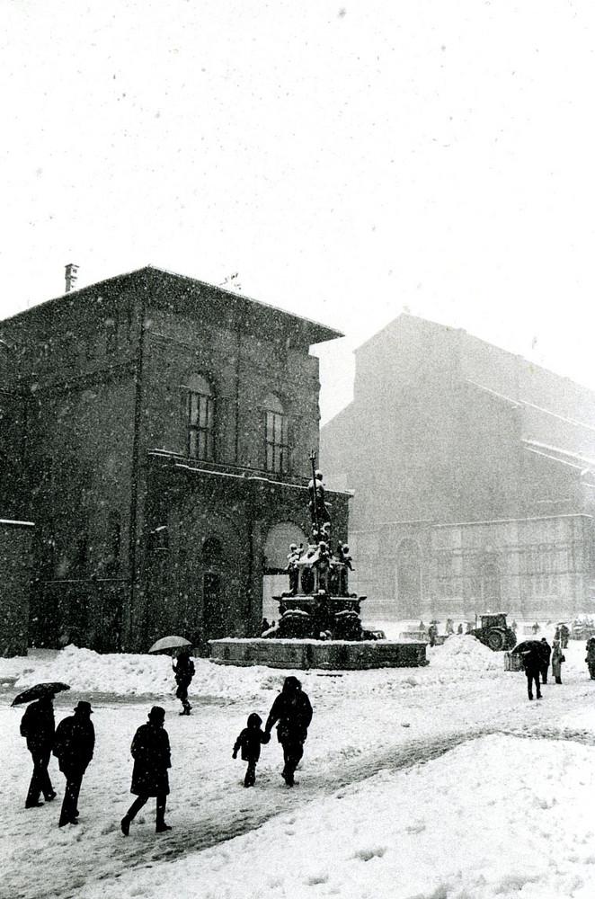 Sotto la neve davanti la sala borsa (Bologna)