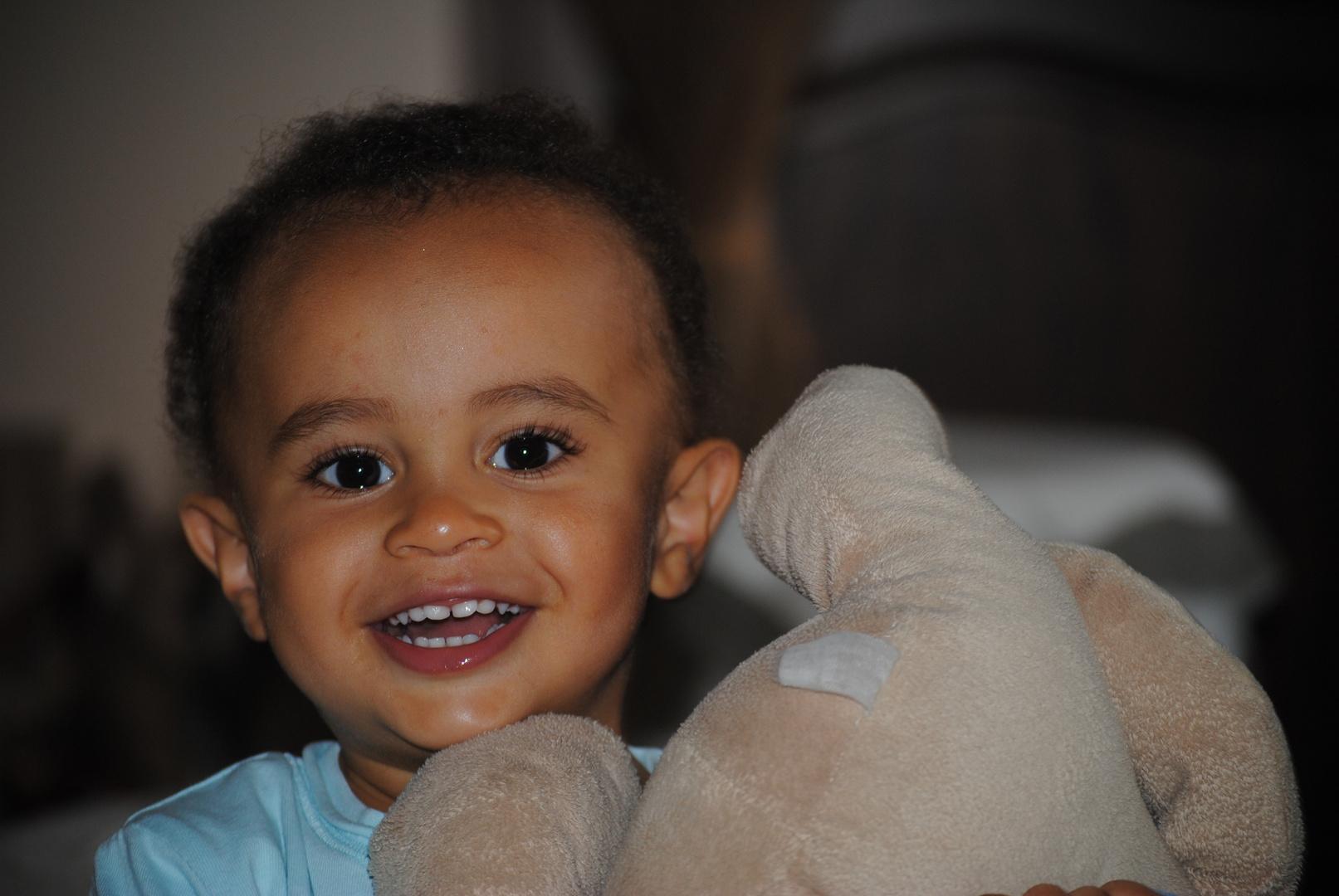 sourie d'enfant aux yeux pétillants