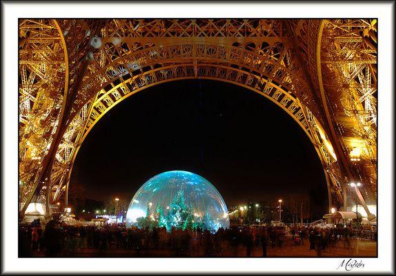 Sous la tour Eiffel.