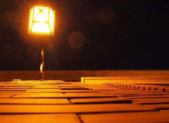 Sous un lampadaire !