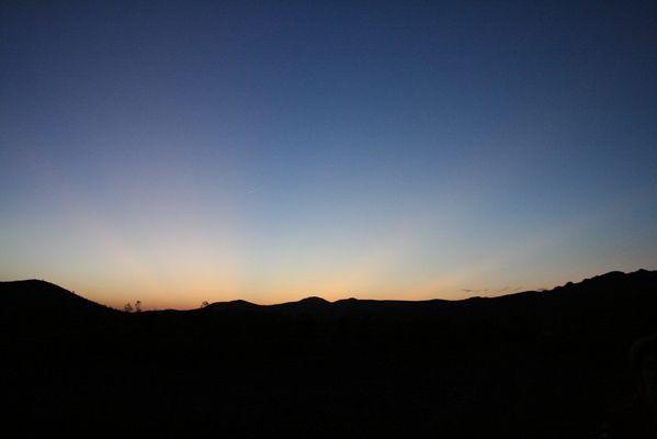 Späte Momente eines Sonnenuntergangs in der Wüste von Marokko