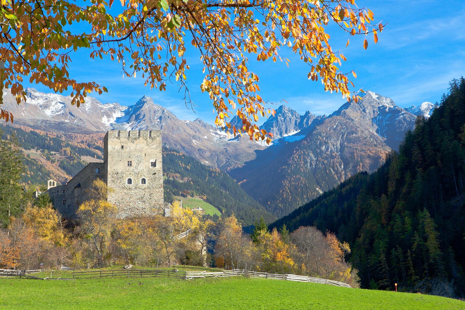 Spätherbst bei der Burg Bernegg